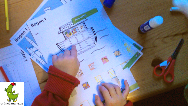Ein Kalenderblatt entsteht am Basteltisch