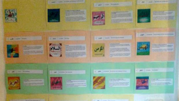 Lerne jeden Tag einen der 99 Namen Allahs mit Deiner eigenen Lernwand undd den bunten Kacheln