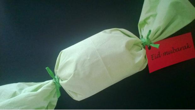 Mohammad schenkt zum Fest allen Gastkindern Überraschungs-Knallbonbons