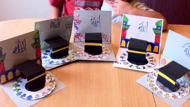 Yamen (7), Bayan (5) und Elias (2) haben die Kaabaklappkarten gebastelt, mashallah